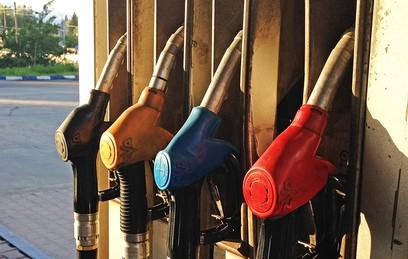 Медведев обсудил с вице-премьерами ситуацию с ценами на бензин
