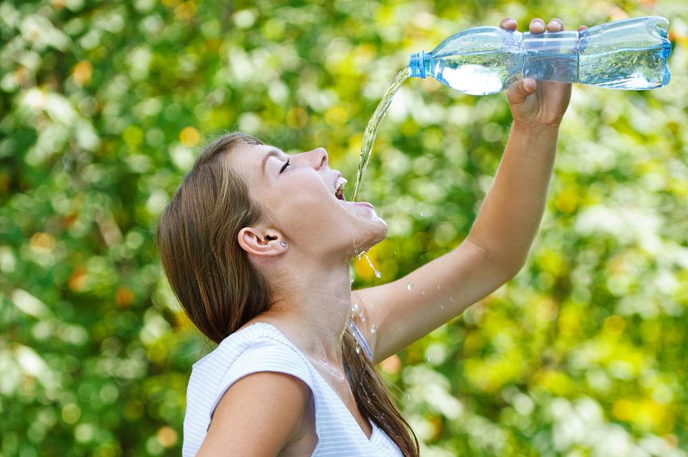 Хватит заливаться водой: ты не обезвожена, зуб даем!
