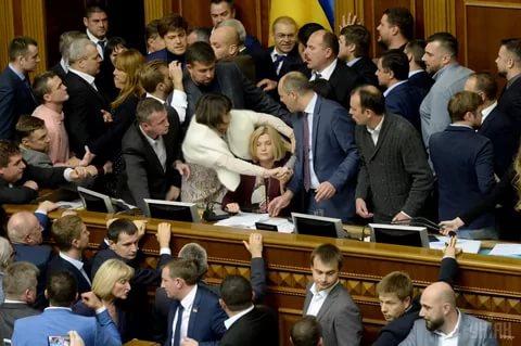 Депутаты Верховной Рады устроили драку на обсуждении нового законопроекта
