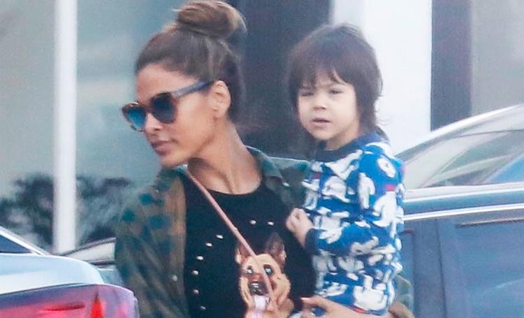 Сама непосредственность: дочь Евы Мендес ходит по магазинам в пижаме