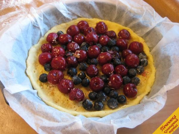 10) Далее равномерно разложим замороженные ягоды. Польем их соком половины лимона.