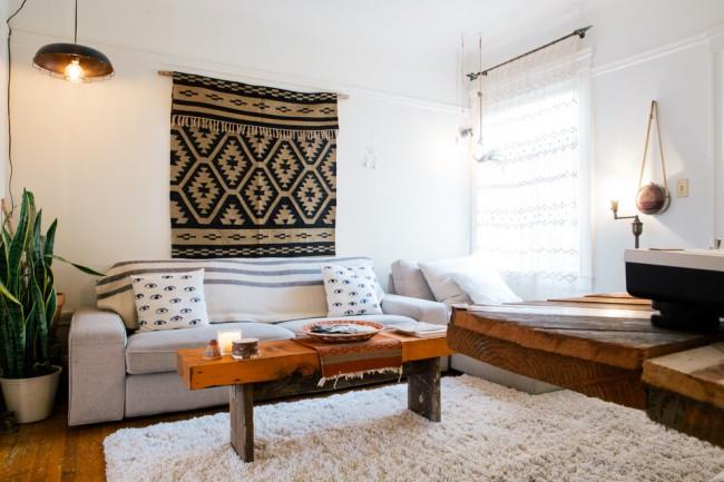 Гобелен с характерным орнаментом в гостиной, выполненной в сдержанном скандинавском стиле