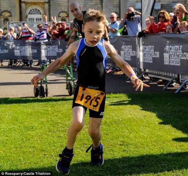 В программу триатлона входило: заплыв на 100 м, 4 км велопробег, и бег на 1,3 км болезнь, жизнь, ребенок, финиш