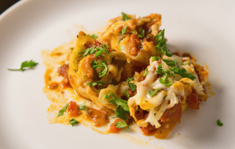 Фаршированные макароны ракушки с начинкой из сыра и курицы под томатным соусом