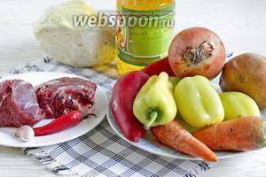 Для приготовления фаршированного перца возьмём все продукты по вышеперечисленному списку: мясо говядины, капусту, морковь, лук, чеснок, масло растительное, картофель, томатную пасту, сахар, соль по вкусу.