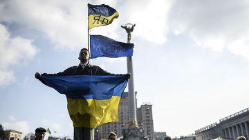 Человек с украинским флагом на Площади Независимости в Киеве