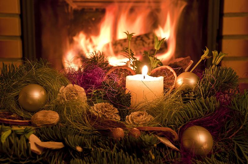 stroik świąteczny przed kominkiem