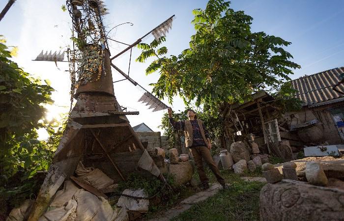 Белорус построил трехэтажный особняк из мусора, не потратив и копейки
