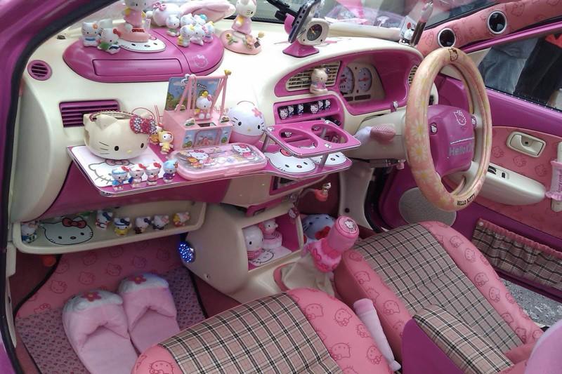 Девушек совершенно нельзя подпускать к автомобилям!
