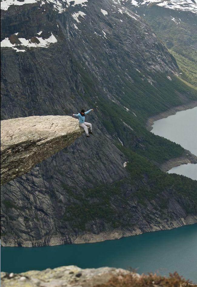 Сидя на Языке Тролля в Норвегии. дух, страшно, фотографии