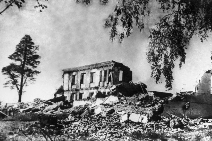 ID: 10632311 Описание: Карельская АССР. Петрозаводск. Разрушенное во время бомбардировок здание Публичной библиотеки, 1944 год. Фотохроника ТАСС