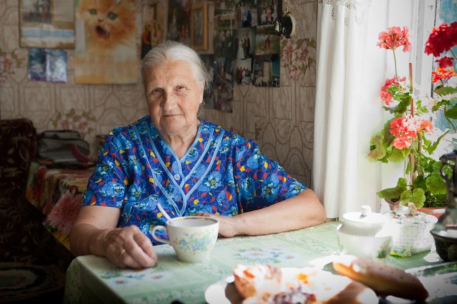 Ставь чай. Она с трудом ходила, с трудом говорила, иногда тихо смеялась, бормоча что-то себе под нос