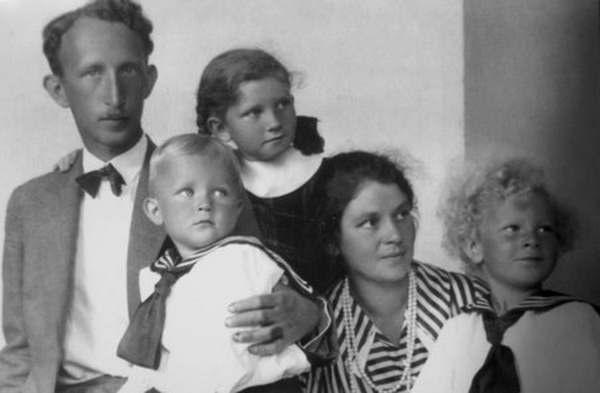 Професор Станислав Свяневич с женой Олимпией и детьми. 1930-е годы