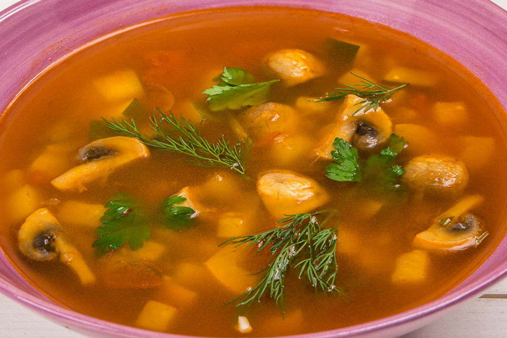 Вкусный суп с овощами, грибами и сельдереем
