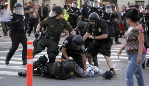 Дикий Запад: Полицейская жестокость в США набирает обороты.