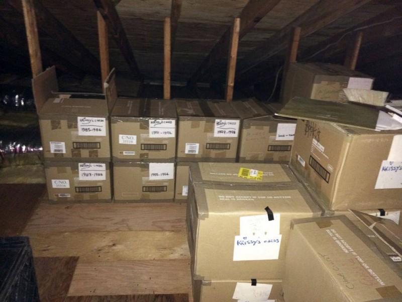 Жена 40 лет прятала на чердаке эти коробки от мужа. Когда он открыл их, не мог поверить своим глазам!