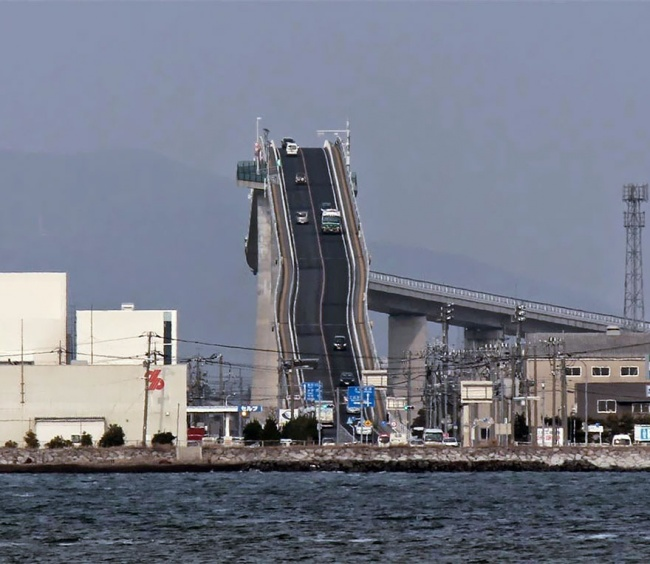 this-is-not-a-roller-coaster-but-a-bridge-in-japan-artnaz-com-2