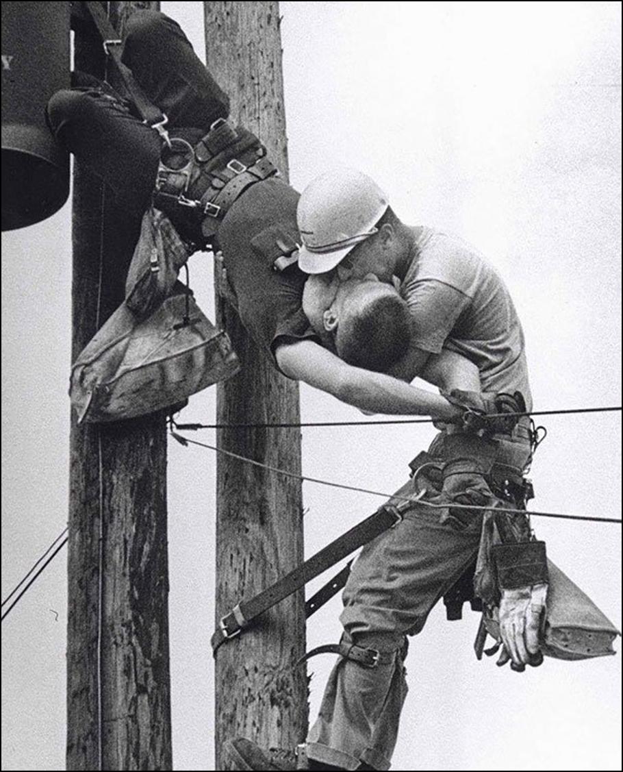 Поцелуй жизни. Электрик реанимирует партнера после контакта с высоковольтным проводом, 1967 Историческая фотография, история, факты