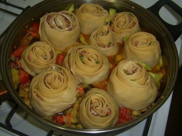 Традиционное азиатское блюдо по «ленивому» рецепту: аппетитные манты на овощной подушке.