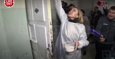 Чиновница Чекунова моет больницу