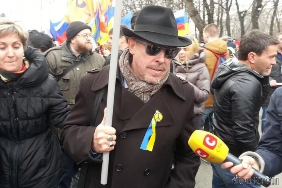 Не помогла Макаревичу украинская символика. Не пускают