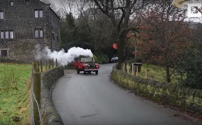 Пенсионер сделал из Land Rover паровоз