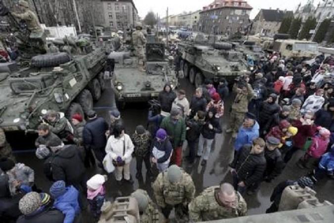 Власти Чехии запретили гражданам кидать овощи в военный конвой НАТО
