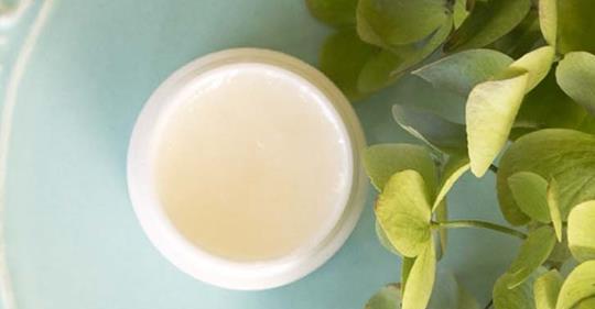 Как приготовить антивозрастной крем для кожи вокруг глаз из 3 ингредиентов за 1 минуту