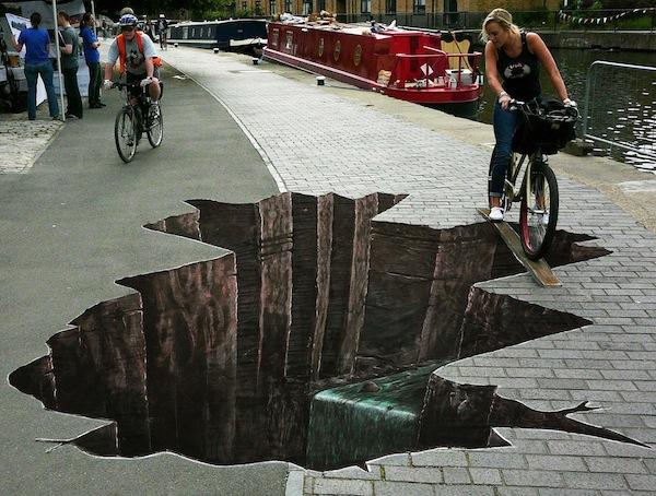 Представь: ты едешь по городу на велосипеде и вдруг перед тобой вот это... Уму непостижимо!