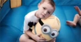 Этот мальчик-аутист почти пл…