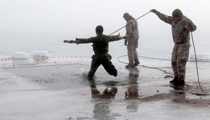 Солдаты США показали военным Латвии, как «ярко» нырять в прорубь. Смысл выясняется )