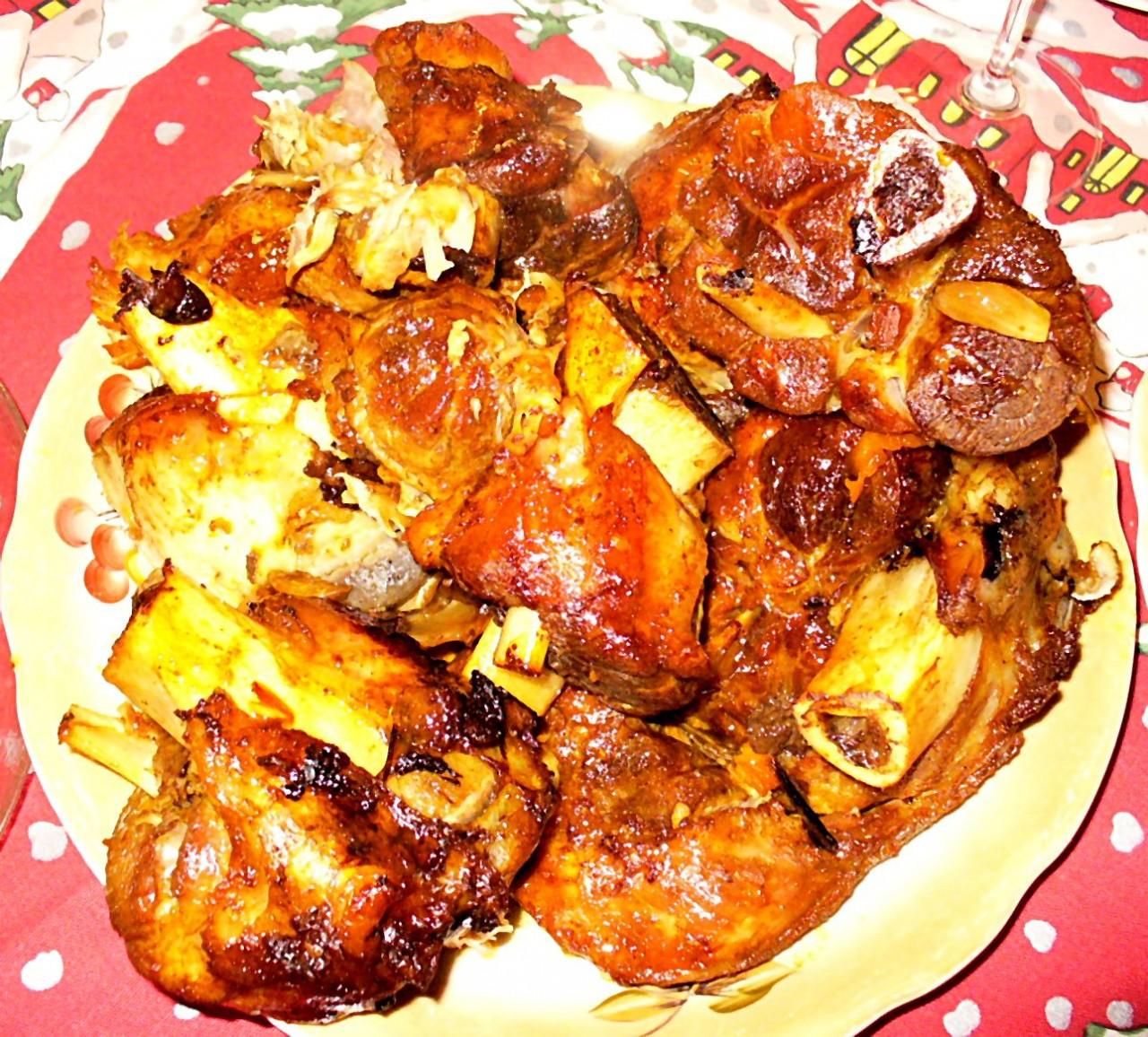 Мясо, зажаренное в духовке с луком, чесноком, морковью  и специями. Фото-рецепт.