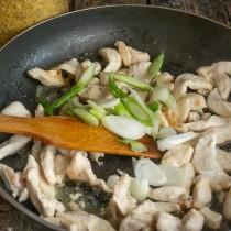Кладём нарезанный лук к обжаренному мясу, обжариваем до мягкости, солим и перчим