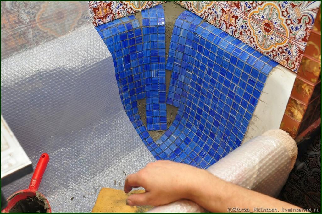 Укладка мозаичной плитки в ванной своими руками 43