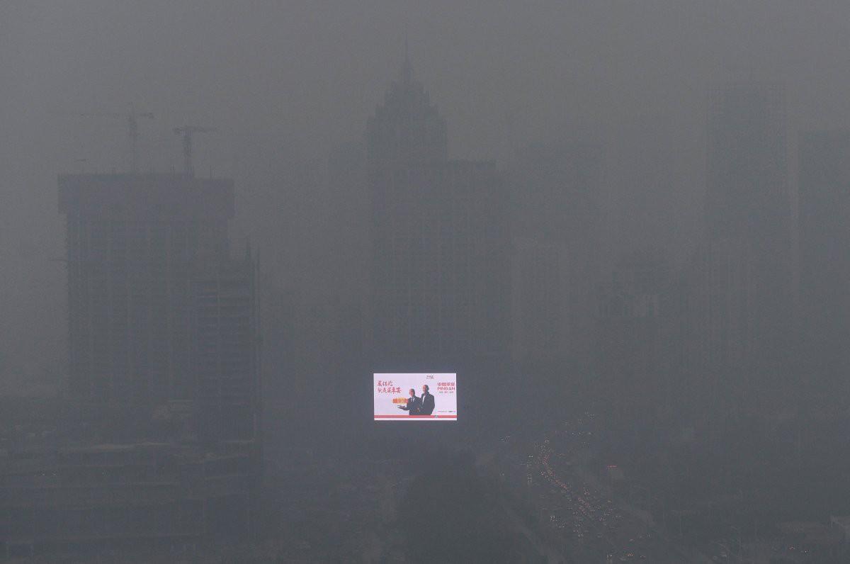 Яркий электронный экран светится сквозь смог в Шэньяне. загрезнение, китай, природа