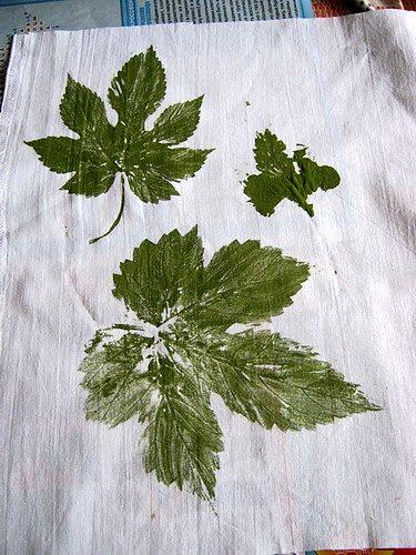 первые оттиски листьев на ткани готовы