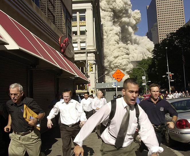 В результате сильнейшего пожара в 9:59 утра обрушилась южная, а в 10:28 — северная башня ВТЦ. В 18:16 обрушилось 47 этажное здание комплекса Центра международной торговли, которое находилось рядом с башнями, людей в нем на тот момент не было