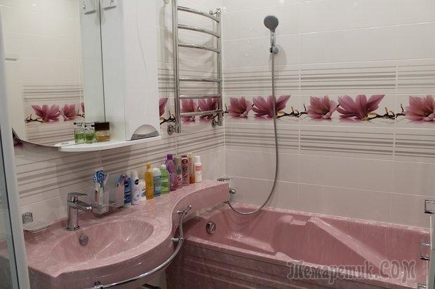 Ванная: сантехника в розовом камне
