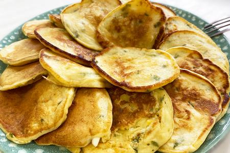 Фото к рецепту: Ленивые пирожки с яйцом и зеленым луком