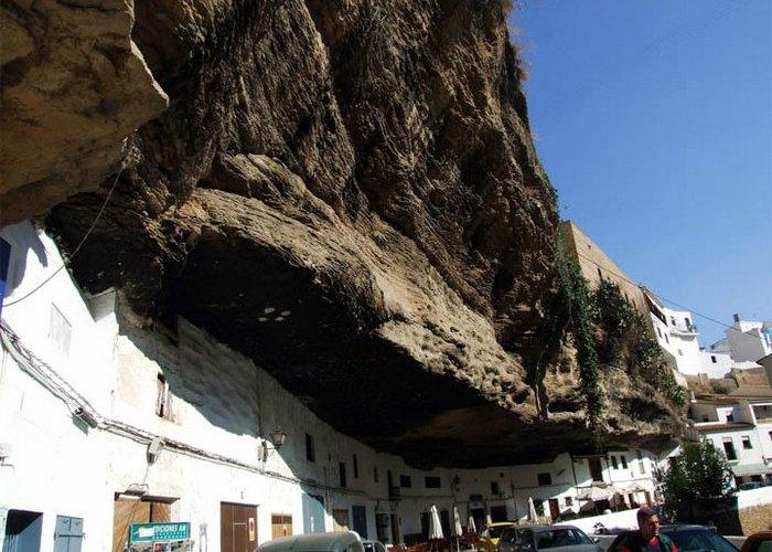 Скромное очарование Испании, или Город, расположившийся под скалой