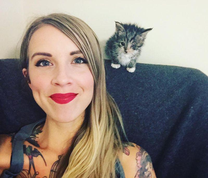 Она спасает котят