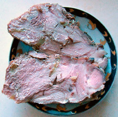 Нашпиговать мясо и положить на фольгу