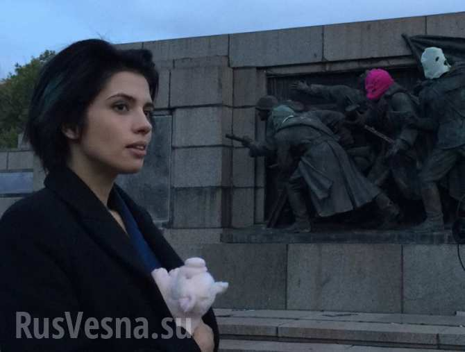 «Пусси Райот» тюрьма не излечила — Толоконникова надругалась над памятником советским воинам в Болгарии