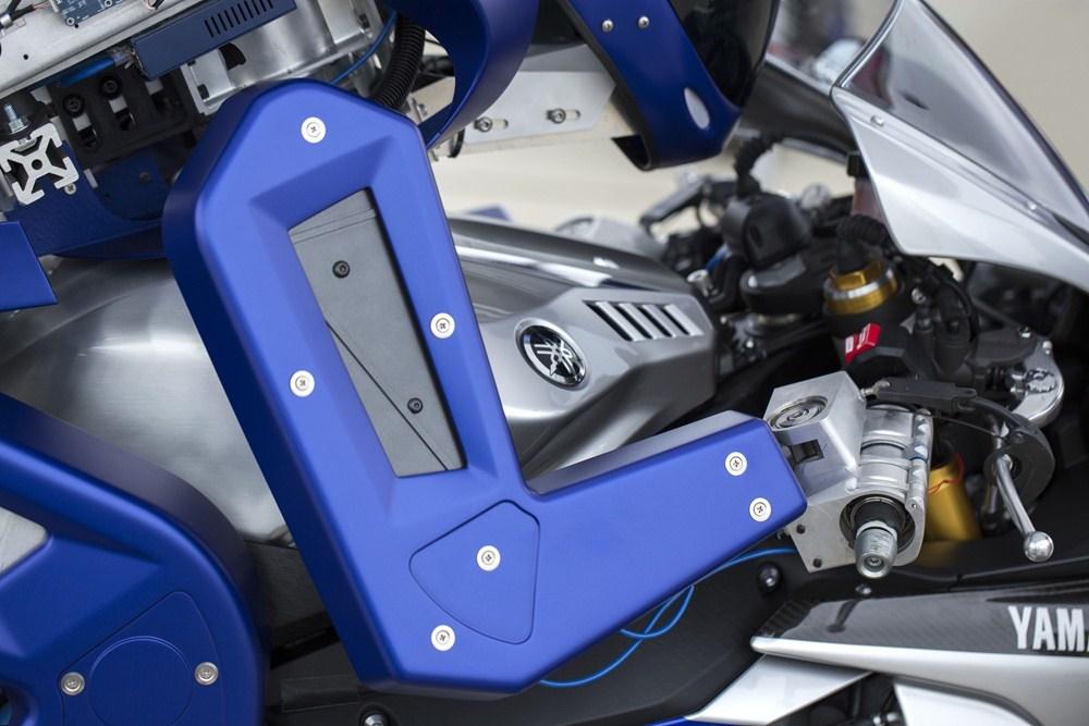 Проект Motobot V1 от концерна Yamaha - тест-пилот робот