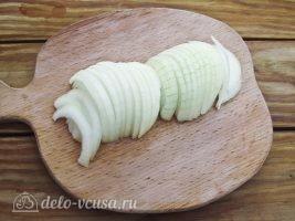 Немецкий картофельный салат с соленым огурцом: Порезать лук