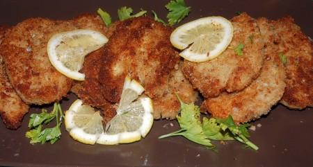 Обжаривать оригинальные рыбные котлеты из сельди по 2-3 минуты с каждой стороны. Также с помощью лопаточки снимать их на тарелку. Сразу же подавать на стол.