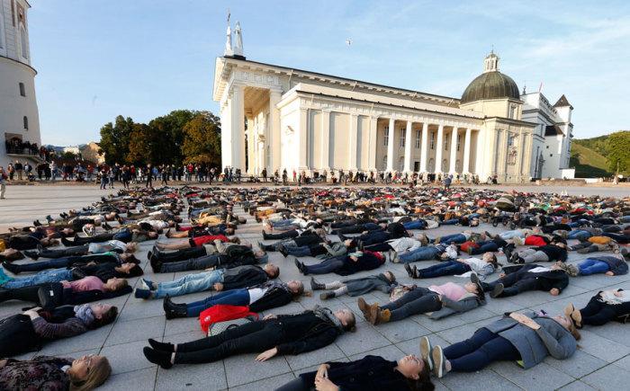 Флеш-моб в Литве, призванный обратить внимание на количество самоубийств в стране
