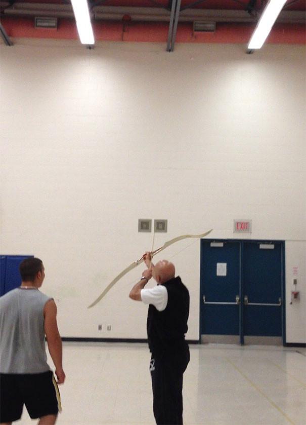 24. Учитель физкультуры пытается сбить мяч, попавший на стропило  подборка, учитель, юмор