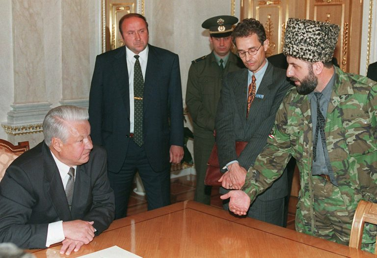 «Я в таком тоне не сяду»: боялся ли Ельцин чеченских боевиков во время переговоров в Кремле