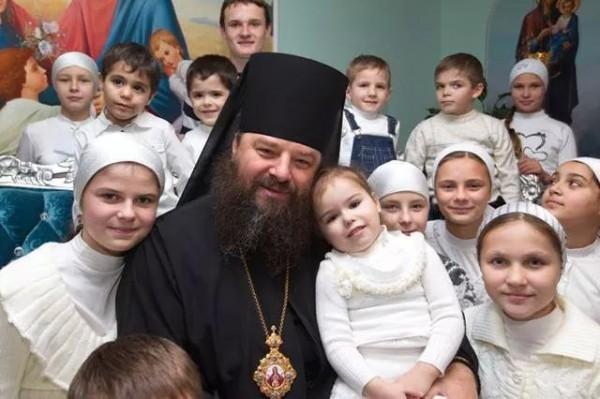 Епископ УПЦ МП, человек-легенда, отец Лонгин, усыновивший 400 детей, призывает : «Не отдавайте детей на смерть сатанистам-руководителям Украины!»